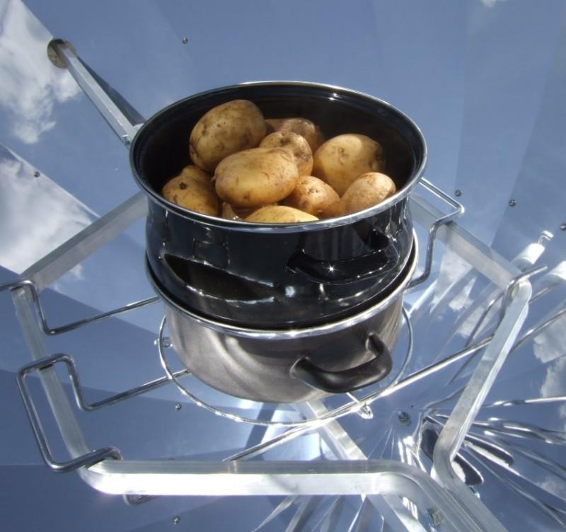 Parabolspiegel-Solarkocher, Kartoffeln im Biodünster